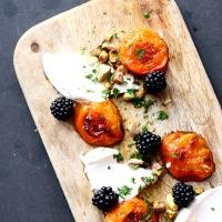 Friske brombær og abrikoser bagt med honning - sensommerdessert