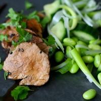 Teriyakigris med sorte sesamfrø og edamamebønnesalat - grynt og grønt