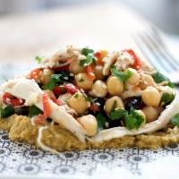 Kikærtesalat med kylling, sorte bønner og branket peber - sprød og stærk