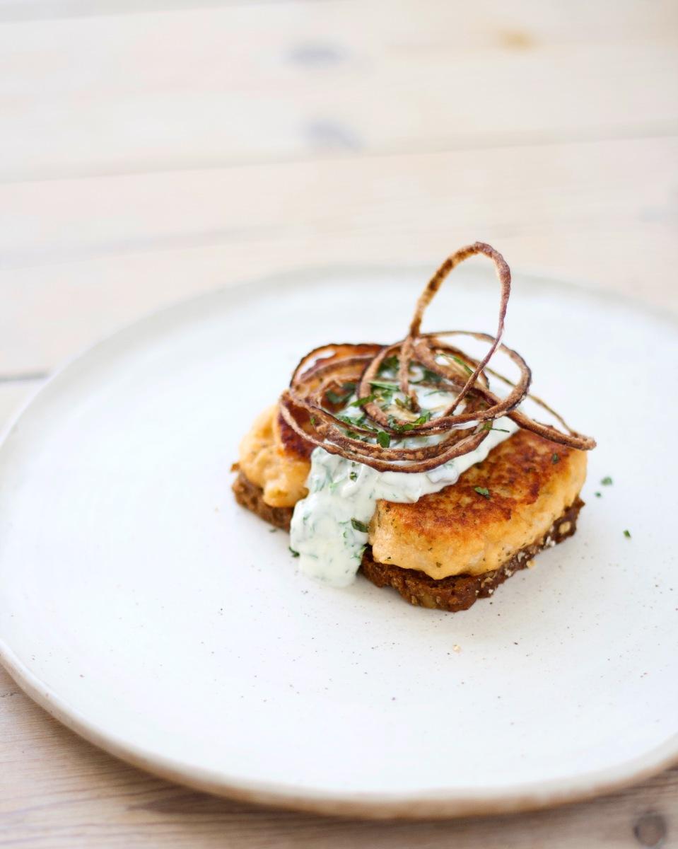 Saftige fiskefrikadeller med skarp tartarsauce og knas - sommersmørrebrød