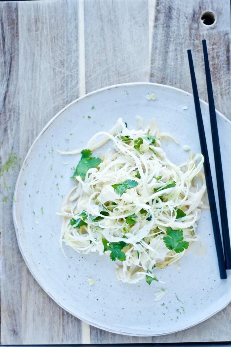 Knasende og sødsyrlig hvidkålsalat med den bedste asiatiske marinade, jeg kan finde på